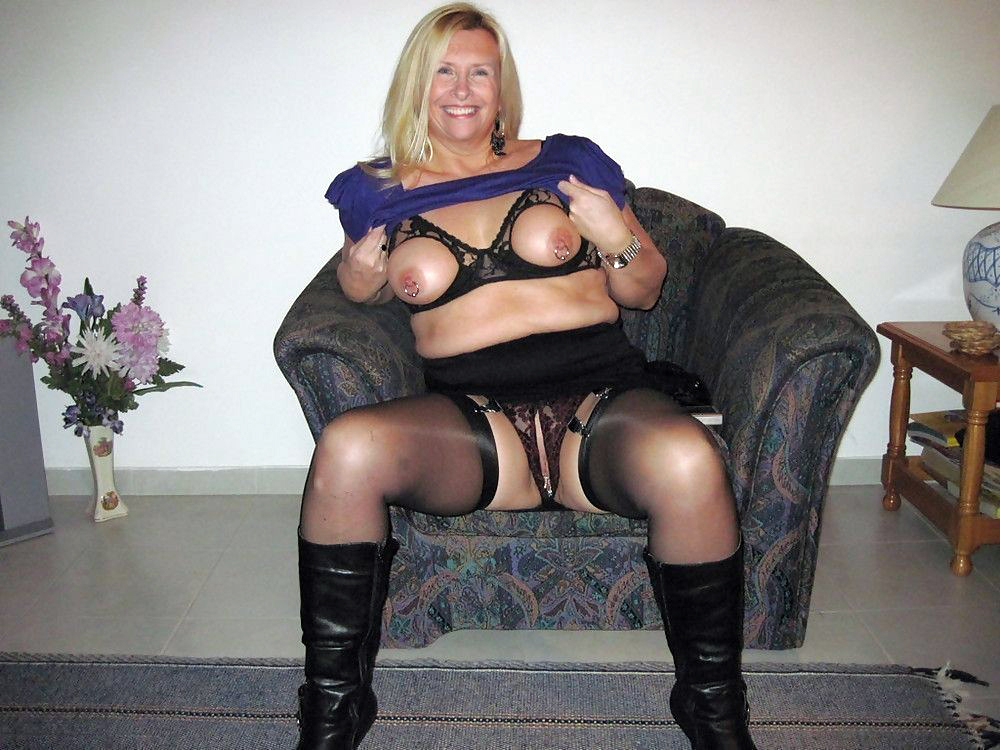 16 MATURE SOFTCORE Thumbs Of Horny Milf Stripping And Spreading